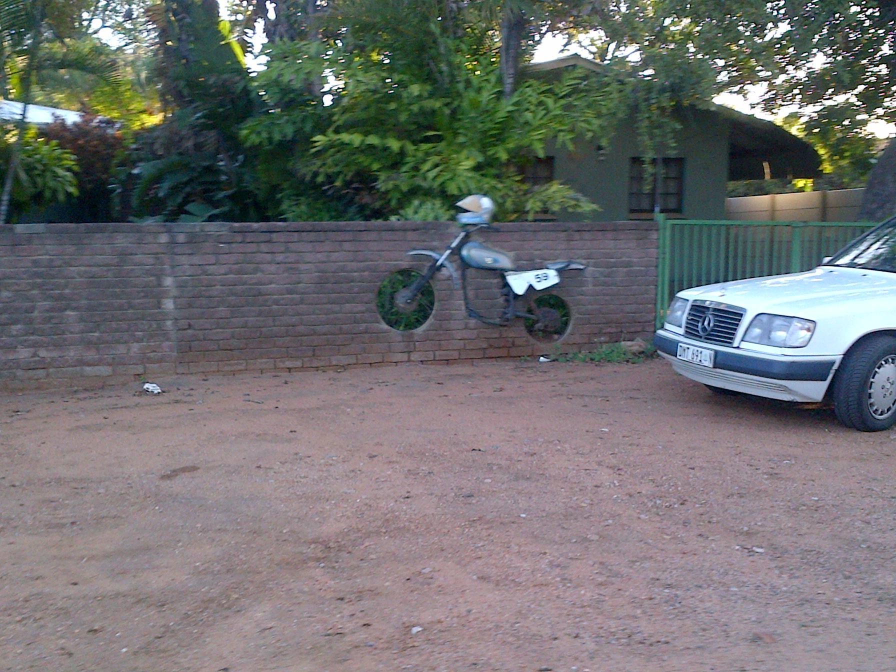 bike in muur