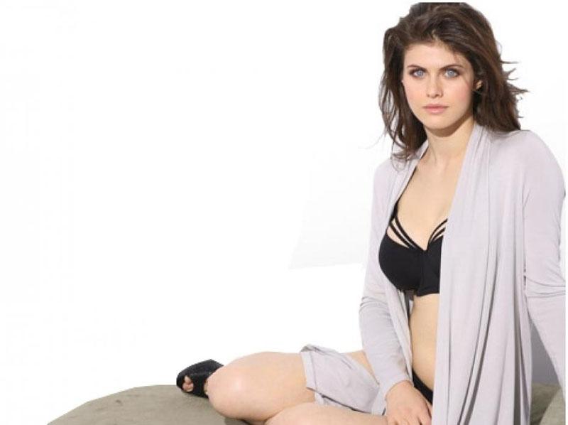 Alexandra Daddario kak pose