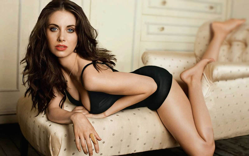 Alison Brie op couch