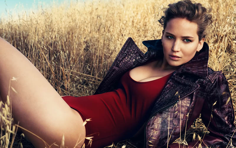 Jennifer Lawrence rooi swembroek