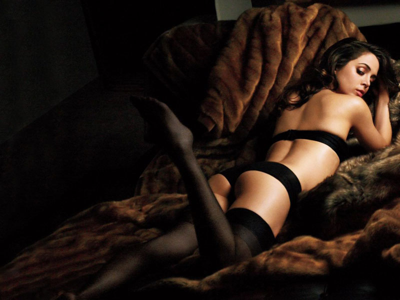 Eliza Dushku pose op bed2
