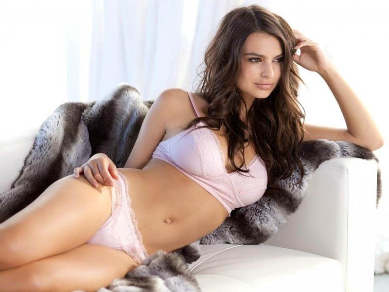 Emily Ratajkowski  wag op die bed