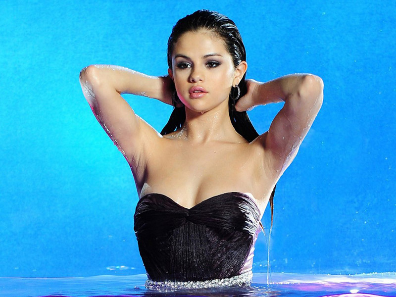 selena gomez wet in pool