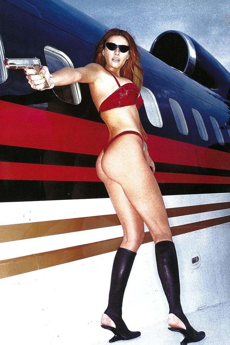 melania-trump-with-gun-in-fron-of-jet